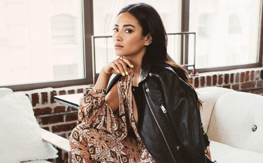Actress Shay Mitchell obsessed with kapuluan